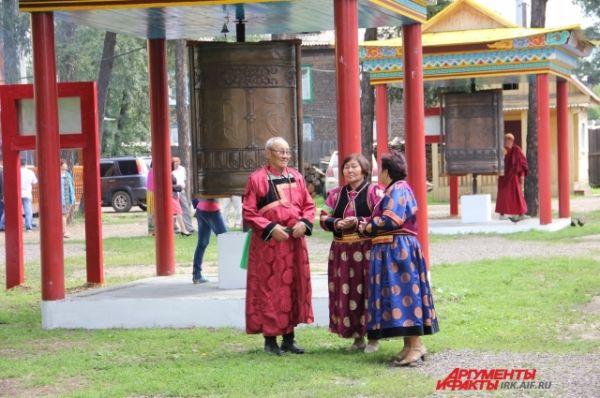 Многие из гостей приехали в традиционных бурятских костюмах.