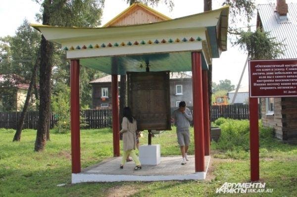 Буддийский барабан, крутя его, верующие думают о мироздании и своих земных делах.