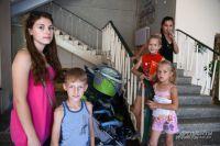 У себя дома, на Украине, этих детей лишили детства. Россияне готовы сделать многое, чтобы вернуть им улыбки.