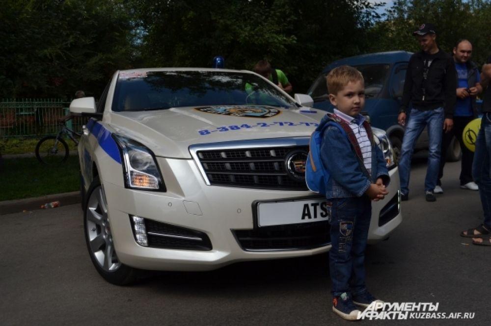 А вот Cadillac ATS в соревнованиях не участвовал, но привлекал зрителей своей «боевой» раскраской. В удовольствии сфотографироваться на память с шикарным авто не отказывали себе ни дети, ни взрослые.