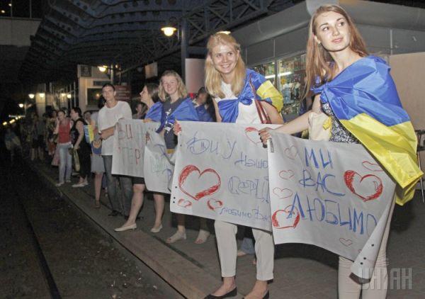 Как девушки встречали военных из зоны АТО в Киеве