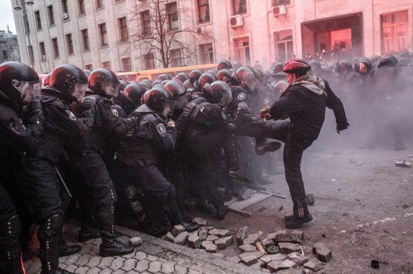 30 ноября силовики разогнали Евромайдан. В ответ на это радикалы из числа активистов захватили здание Киевской рады и Дом Профсоюзов, а также предприняли попытку штурма Администрации Президента. После этих событий акцент в требованиях протестующихся сместился – если прежде они требовали интеграции с ЕС, то теперь призывали к отставке правительства и проведению досрочных выборов президента.
