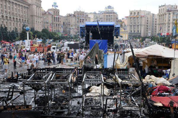 По окончании столкновений разбор баррикад продолжился. Киевляне демонтируют укрепления и разбирают палаточный лагерь.