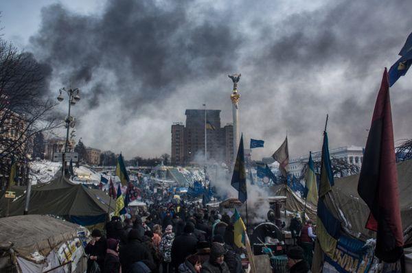 Активные вооружённые столкновения правоохранительных органов с протестующими начались 19-20 января. МВД Украины сообщило о сотне пострадавших сотрудников. Двумя днями позже на улице Грушевского из огнестрельного оружия были убиты два человека. В регионах начались захваты районных государственных администраций.