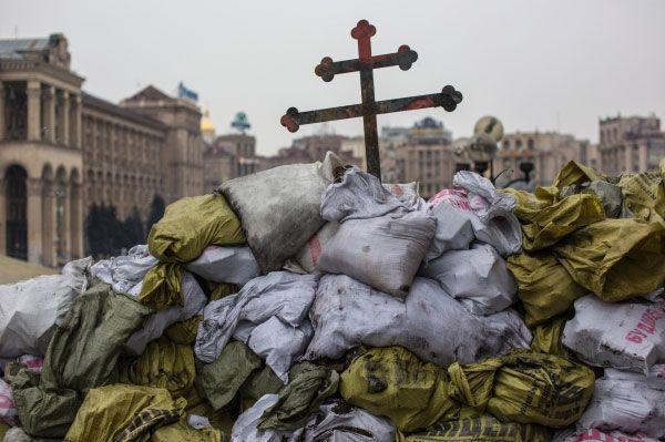 В то же время спикер и вице-спикер Верховной Рады подали в отставку, а позже депутаты приняли постановление о назначении досрочных президентских выборов на 25 мая 2014 года. Власть в стране перешла к оппозиции, однако активисты не ушли с Майдана Незалежности.