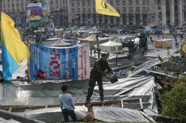 После смены власти в Киеве, в ряде восточных регионов страны вспыхнули акции протеста – жители не признавали правительство Арсения Яценюка. Тем временем, на Майдане Незалежности продолжал действовать палаточный городок.