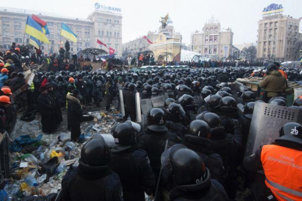 К концу декабря протестующие выстроили на Майдане Незалежности и других местах города множественные баррикады. К активистам приезжали представители Европейской комиссии и МИД Германии. В январе в Киеве на Народное Вече собралось от 100 до 500 тысяч митингующих.