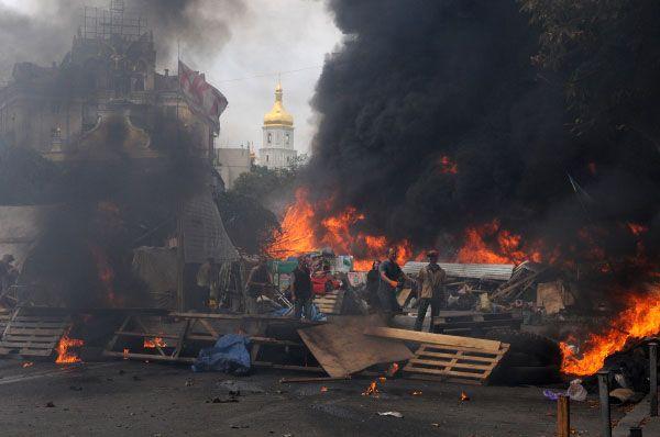 Попытка разобрать баррикады встретила жёсткое сопротивление со стороны активистов. Произошло несколько стычек. В некоторых местах протестующие подожгли шины.