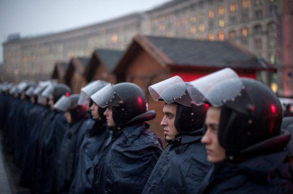 Уже на следующий день число митингующих резко возросло. Активисты попытались прорваться в здание Кабинета министров, но путь им преградили бойцы спецподразделения «Беркут». Протестующие бросили несколько взрывпакетов, силовики применили дубинки и слезоточивый газ. Это было первое столкновение сторон.