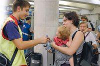 Сотрудники метрополитена раздают бесплатную воду пассажирам.