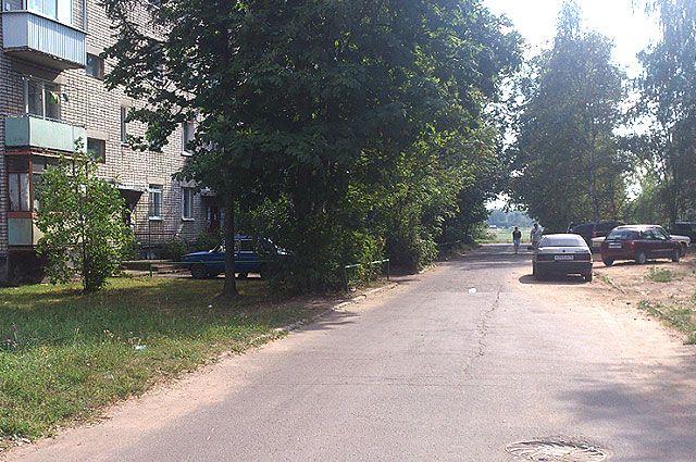 Дорога проложена в непосредственной близости к дому.