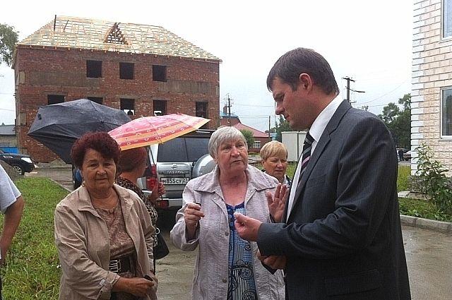 Вице-губернатор Олег Ежов разбирается с проблемами дальнереченцев.