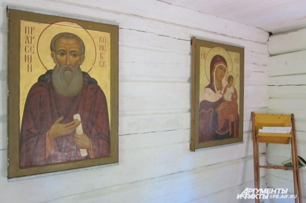 На вершине камня была построена часовня. В ней находятся иконы Божией Матери и Преподобного Арсения.
