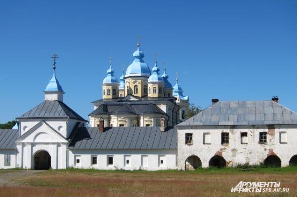 Считается, что пребывание на острове Коневец возможно только с разрешения  Паломнической службы монастыря, либо по личному благословению настоятеля.