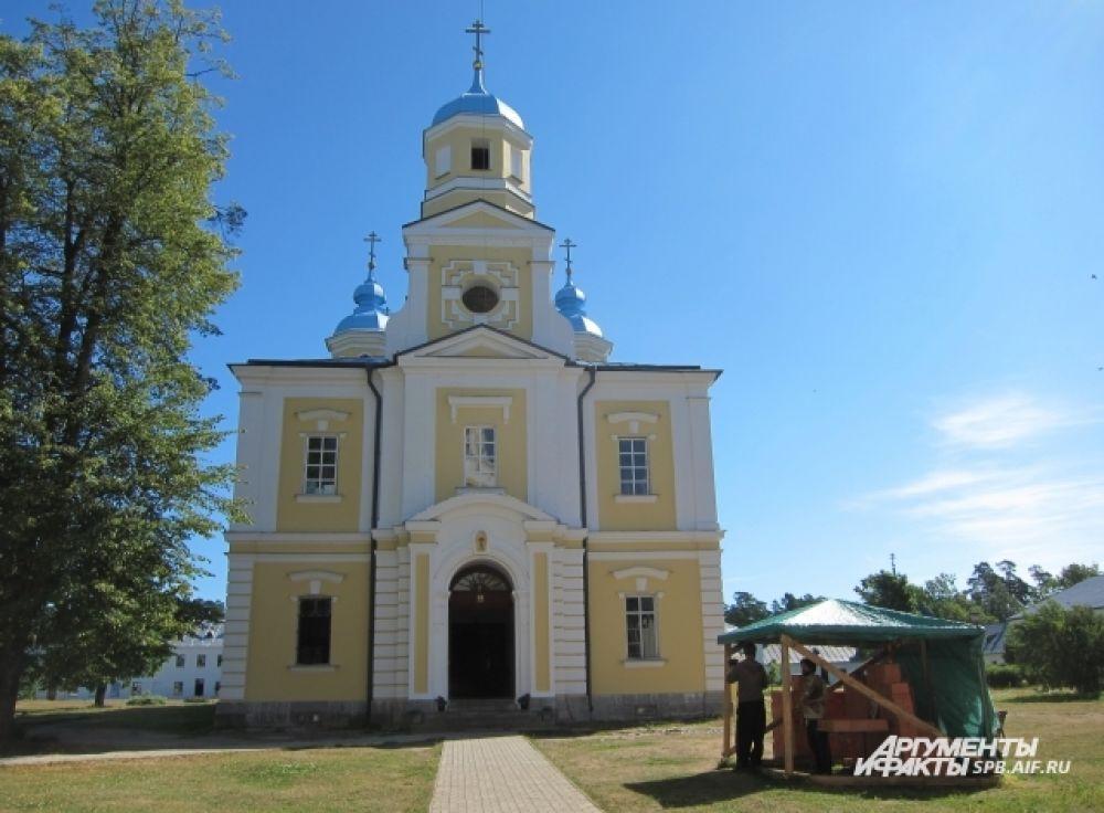 В Рождественском соборе монастыря покоятся мощи Преподобного Арсения Коневского.