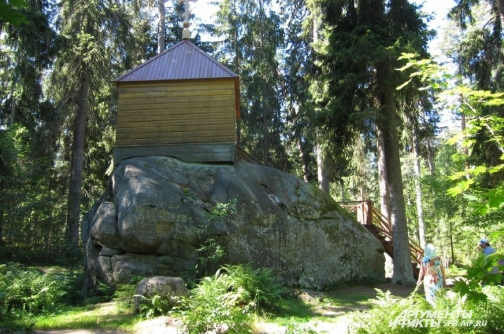 В Средние века на острове находилось языческое святилище финских племён. По легенде, они почитали Конь-камень, огромный валун, который по форме напоминал голову лошади.