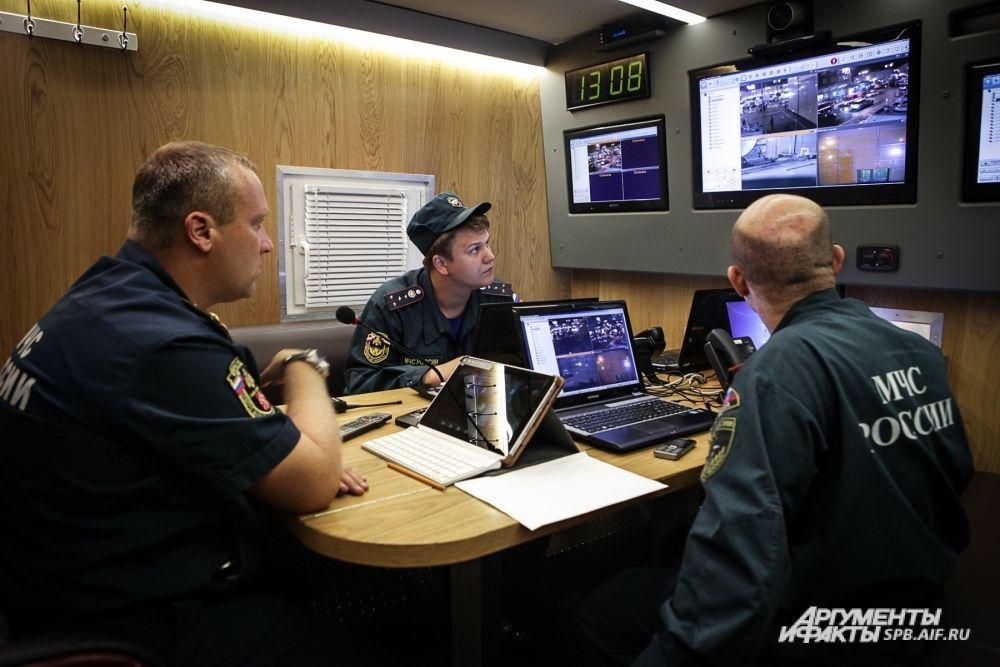 Все действия по тушению условного пожара и проведению аварийно-спасательных работ координировали штаб пожаротушения от МЧС и штаб аварийно-восстановительных работ от метрополитена.