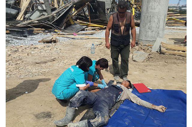 Медики оказывают помощь пострадавшим.