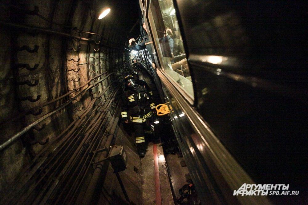 Прибывшие к месту условной ЧС пожарно-спасательные подразделения ликвидировали возгорание в одном из вагонов аварийного поезда.