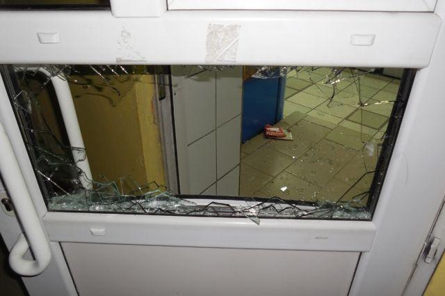 Разбитая дверь магазина.