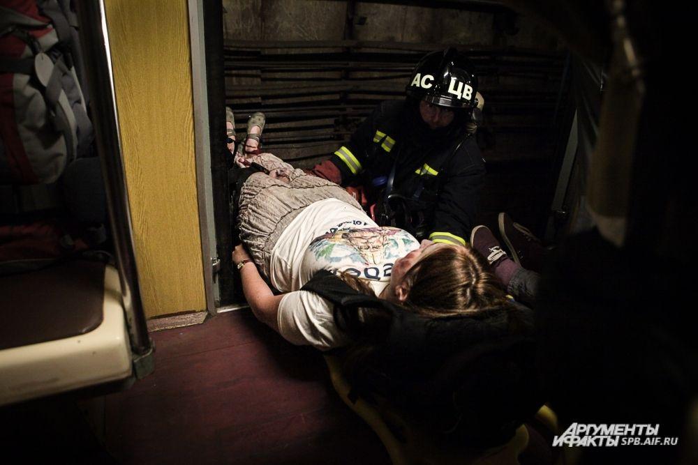 «Пострадавшие» с легкими ранениями выходили из тоннеля самостоятельно, «тяжелораненых» выносили сотрудники МЧС.