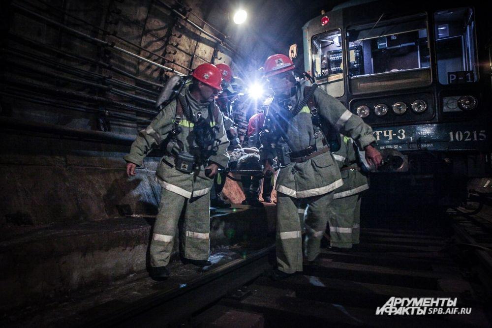 В тоннеле «работали» бригады спасателей и пожарные расчеты.