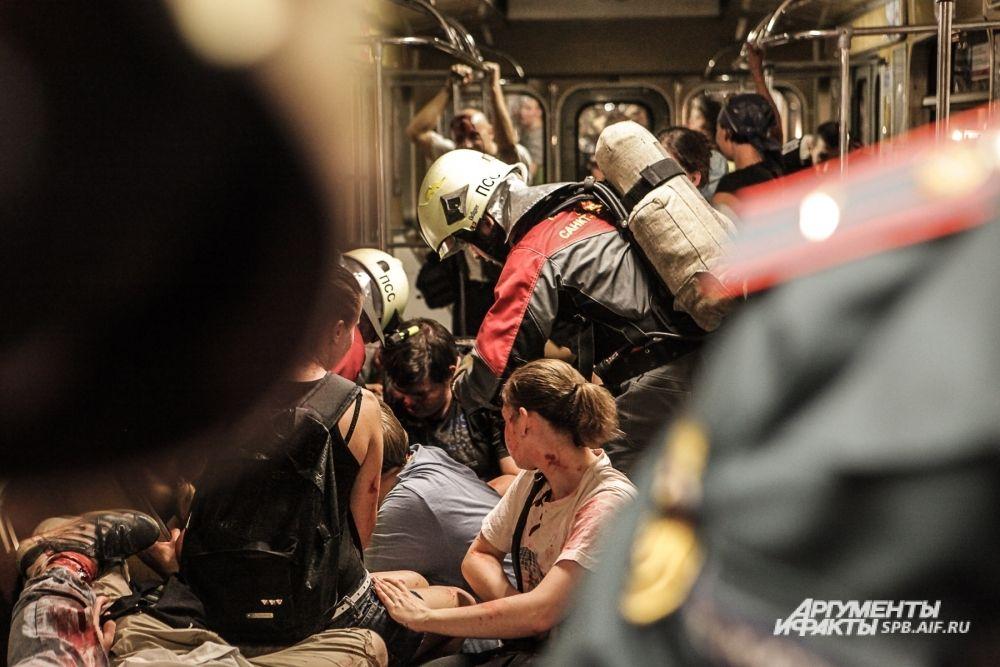 Пассажиры уцелевших вагонов предприняли попытки самостоятельно покинуть тоннель метро. Однако это удалось не всем: заблокированными остались 30 человек.