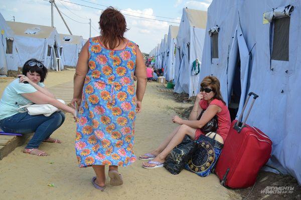 В палаточных лагерях беженцы могут получить хоть какую-то крышу над головой. Людям также предоставляются талоны на питание.