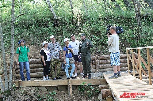 Туристы прибыли в заповедник. Сергей Арамилев предупреждает их, что в этих местах промышляет тигр.