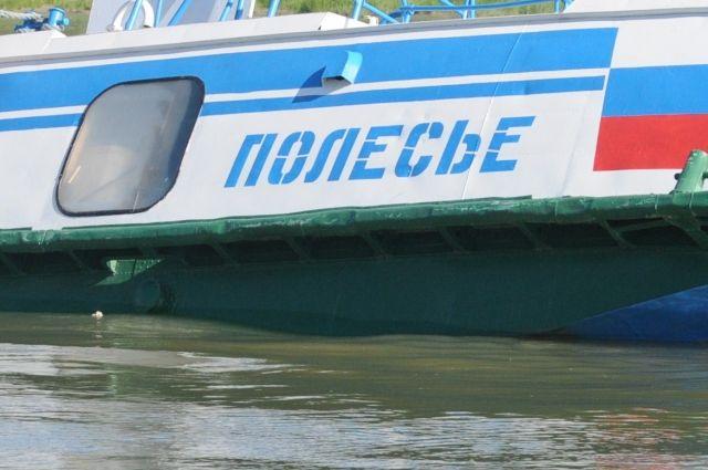 «Полесье-8» столкнулся с грузовой баржей.