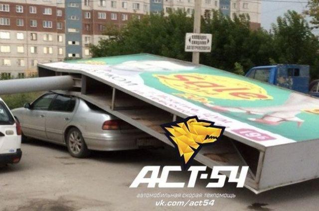 Рекламный щит повредил автомобили в Искитиме.