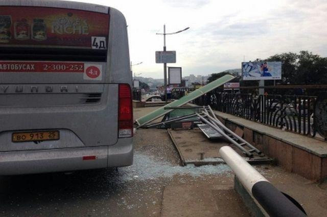 Автобус снёс остановку.