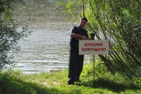 Специалисты выстаявтя предупреждающие знаки по всему острову.