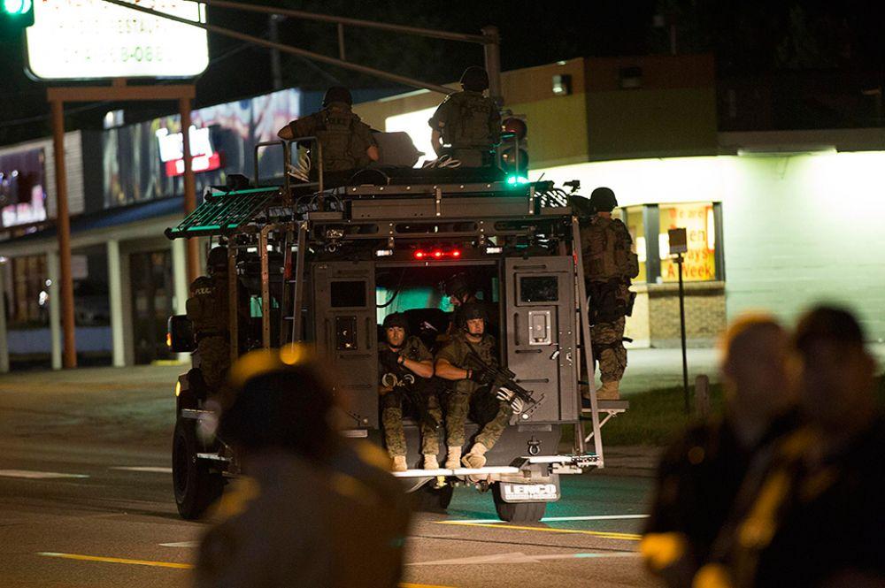 Стражи порядка заявляют, что не готовы раскрыть имя офицера, убившего Майкла Брауна, поскольку в соцсетях появилось множество угроз в адрес полицейского. Известно, что он работал в департаменте полиции Фергюсона шесть лет, в данный момент находится в оплачиваемом увольнении.