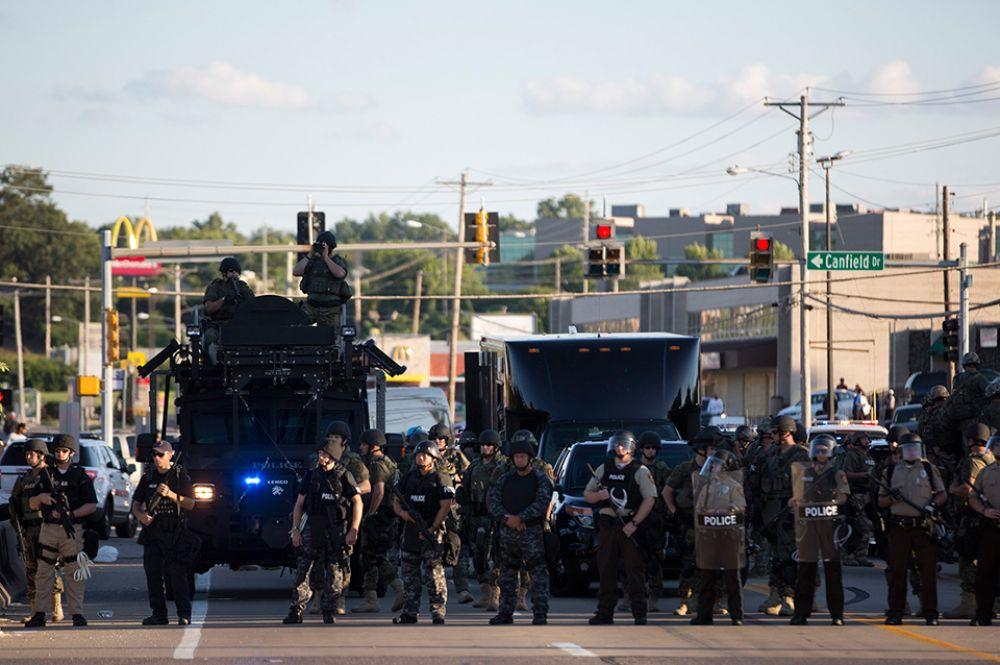 В среду произошло резкое обострение ситуации – полиция перегородила улицы бронетехникой и призвала демонстрантов разойтись.
