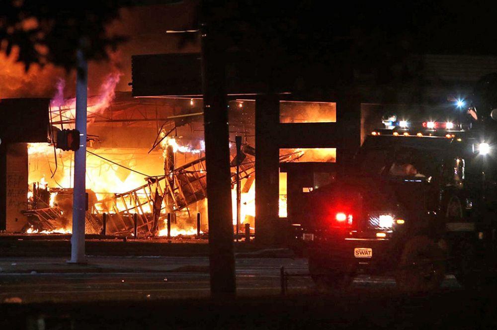 Протестующие подожгли магазин. Отмечались случаи мародёрства.
