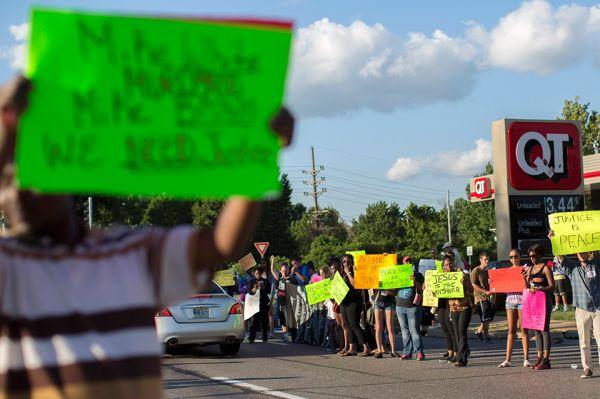 На протяжении нескольких дней митингующие стояли у здания администрации полиции, при этом в других местах начались локальные беспорядки.