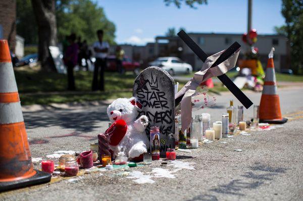 Первые митинги начались в Фергюсоне сразу после того, как стало известно о факте смерти Майкла Брауна.