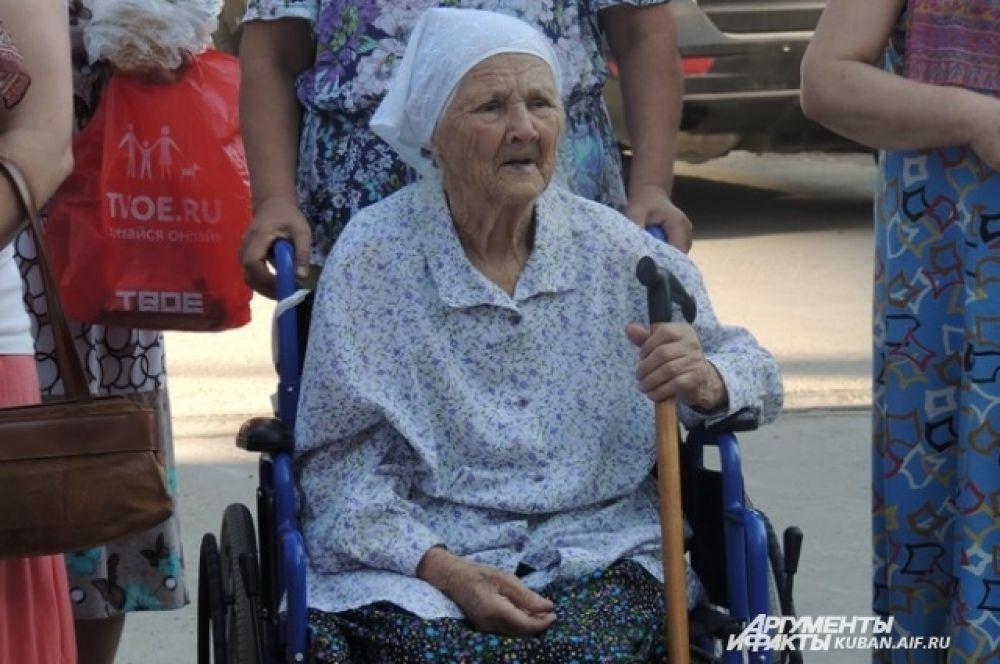 В праздник Медового Спаса к храму пришли и пожилые люди.