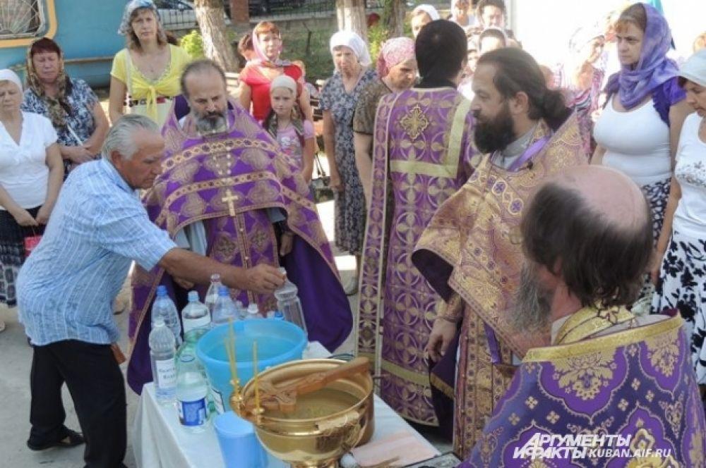 Священники готовятся к обряду окропления.