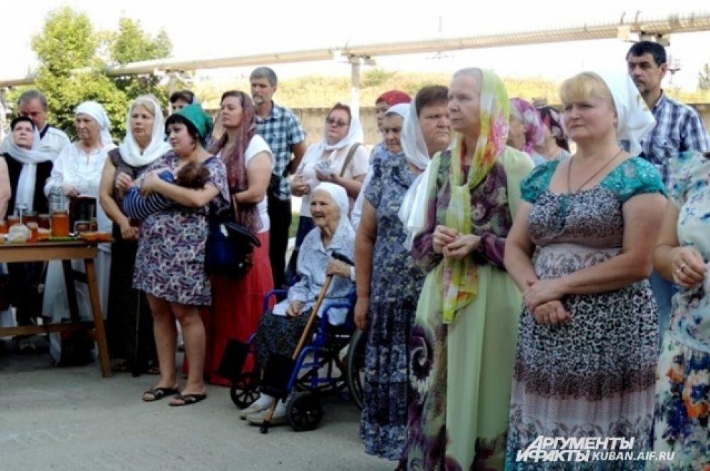 Прихожане после утренней литургии вышли на улицу для окропления меда.