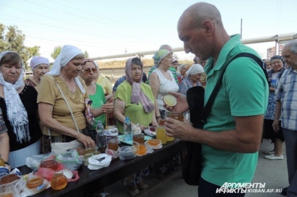 Прихожане храма приготовили мед для окропления.