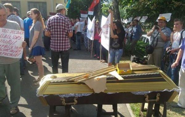 Митинг у админсуда Киева, где рассматривают дело о запрете КПУ