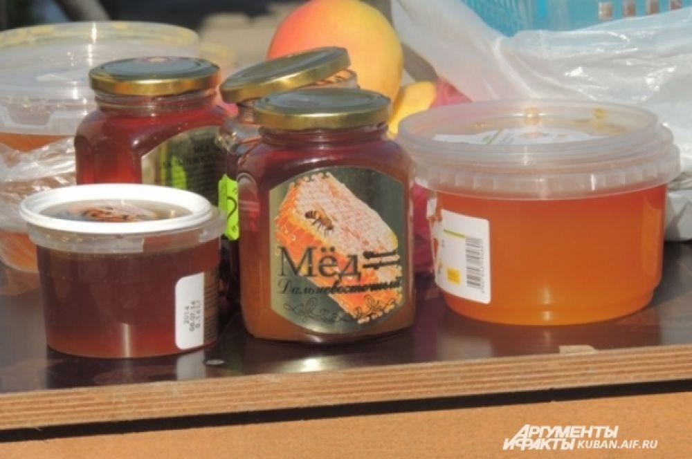 Баночки мёда приготовили для освящения святой водой.