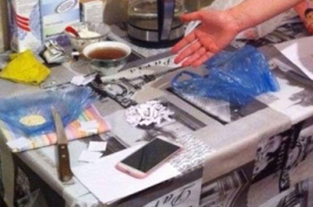 Несколько чеков с героином нашли и в квартире предполагаемой наркосбытчицы.