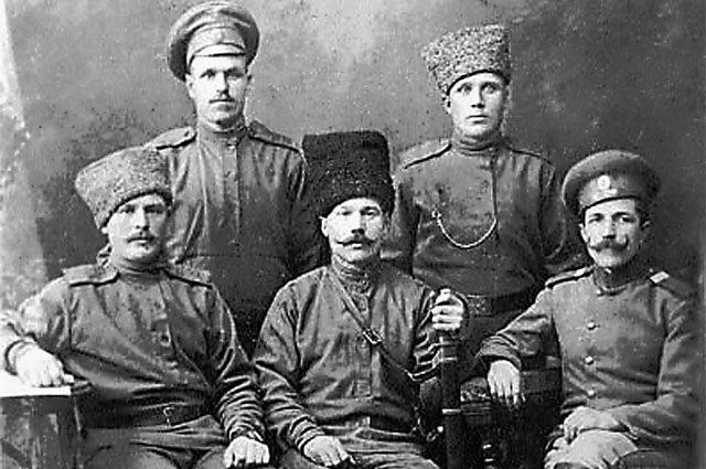 Участник Брусиловского прорыва Иван Зубарев (в верхнем ряду справа) получил Георгиевский крест из рук самого генерала Каледина.