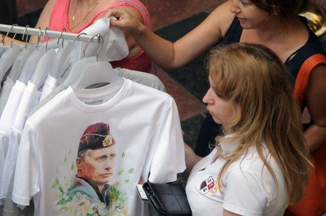 Покупатели во время старта продаж одежды и аксессуаров с изображением президента РФ Владимира Путина в ГУМе.