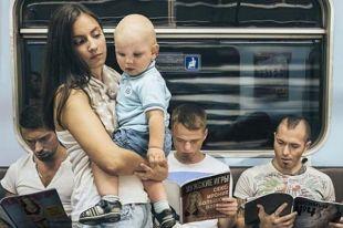 «Будь мужчиной!» - призывают пассажиров рекламные плакаты.