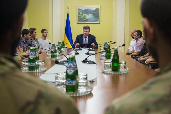 Петр Порошенко встретился с освобожденными из плена военными