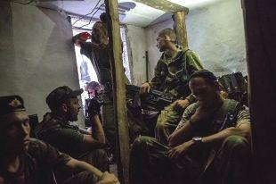 Бойцы ополчения Донбасса в подвале дома во время артиллерийского обстрела.